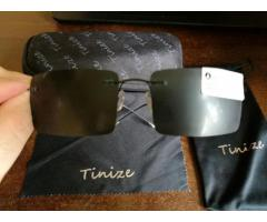 Titaninio rėmo polerizuoti juodi akiniai dėkle